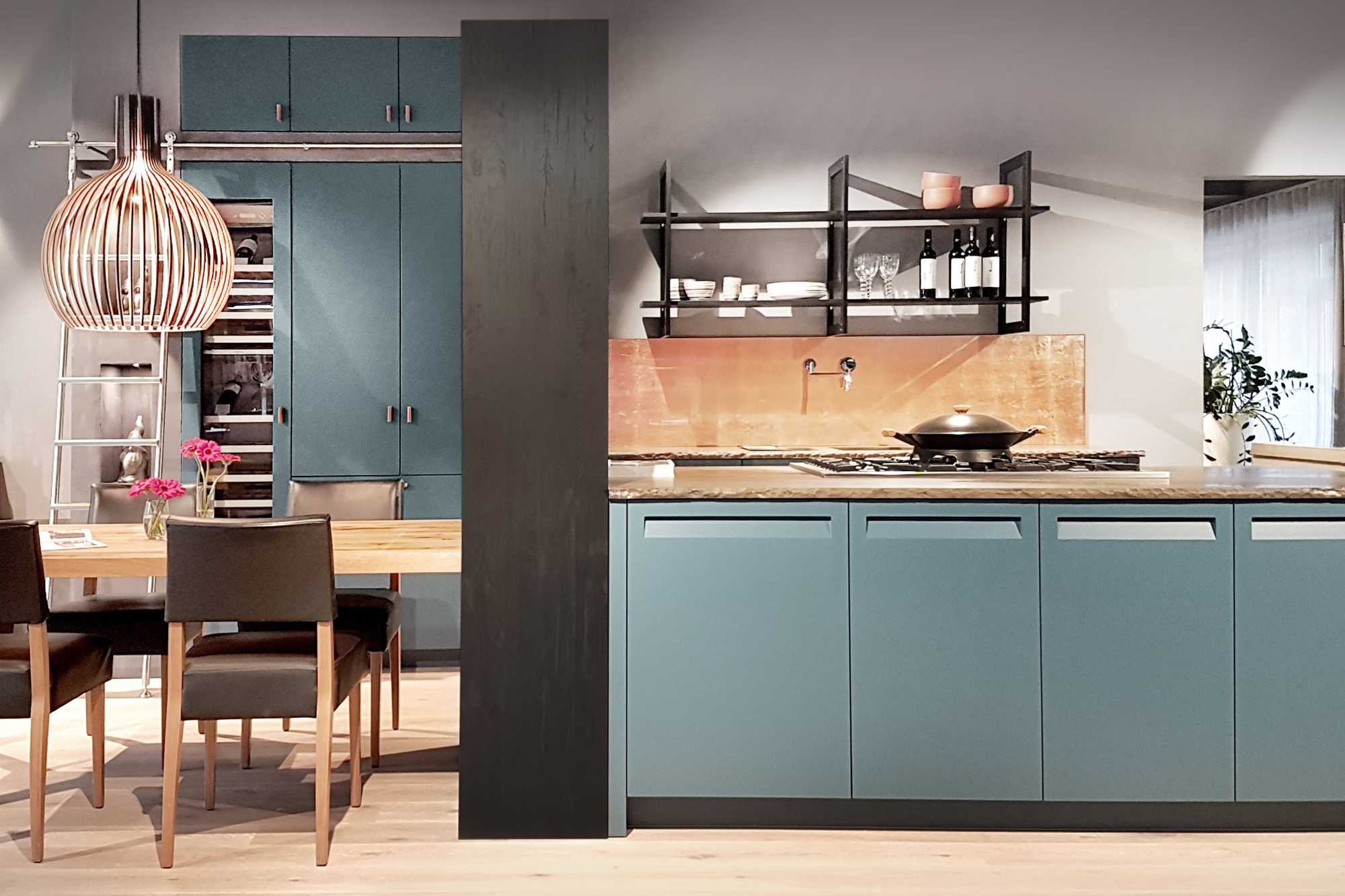 Modern city meets country house... Two tone German Kitchen: Iron GoldrushKQ and Informa Verde LX