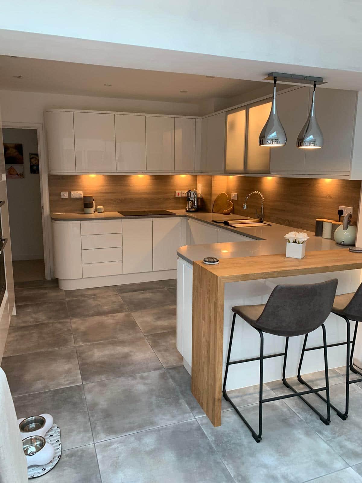 White Handleless Kitchen, Grey Kensho Silestone quartz, Laminate Splashbacks