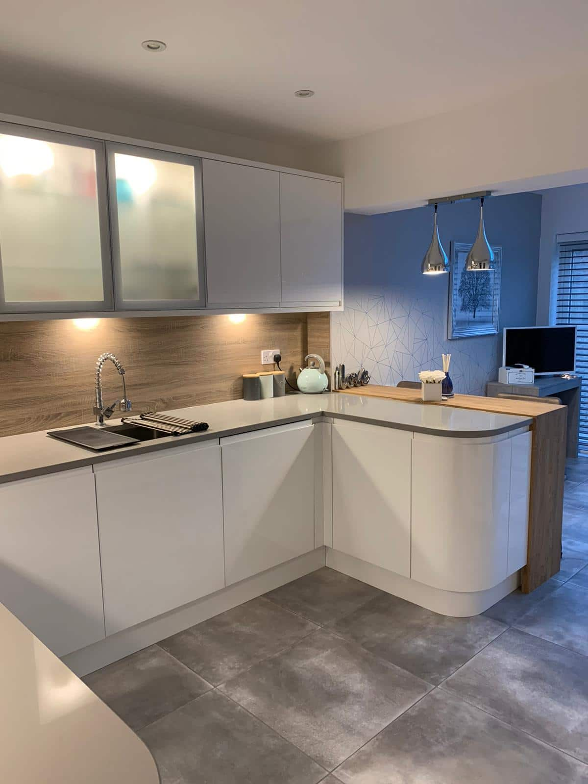 White Handleless Kitchen, Grey Kensho Silestone quartz, Laminate Splashbacks, Bespoke Oak Breakfast Bar